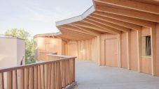 Dřevěná škola v Ženevě má místo chodeb ochozy podepřené sloupy z betonu