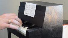 Aliaksei Zholner vyrobil z tvrdého kartonu plně funkční miniaturu piana