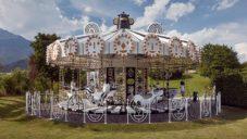 Jaime Hayón navrhl pro Swarovski kolotoč zdobený 15 miliony krystalů