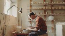 James & Tilla Waters ukazují ruční výrobu jemně zdobených hrnků