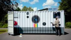 Brendan Barry vytvořil funkční fotoaparát z obřího dopravního kontejneru