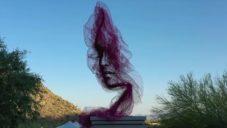Benjamin Shine ze sítě vytvořil pětimetrovou sochu s portrétem ženy