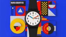 Swatch slaví 100 let školy Bauhaus hravou kolekcí hodinek Bau