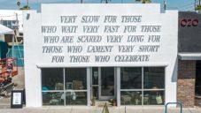 Na fasádu knihkupectví v Las Vegas kreslí poezii sluneční paprsky