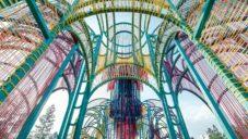 Na malajsijském festivalu postavili pestrobarevný pavilon z provázků