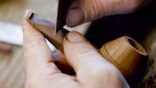 Jan Klouček ručně vyrábí dřevěné dýmky světové úrovně