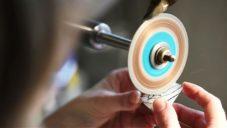 Pavlína Čambalová ukazuje precizní techniku ručního rytí do skla