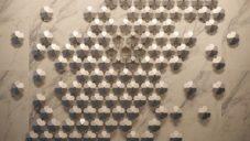 Kinetická instalace Heaven Bloom nechává rozkvést desítky květin