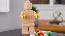 Lego začalo vyrábět dřevěné minifigurky pětkrát větší než plastový vzor