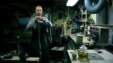 Tomáš Hanuš vyrábí ručně luky putující za zákazníky do celého světa