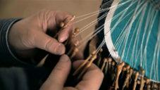 Věra Holomečková ukazuje tradiční paličkování krajky předávané po generace