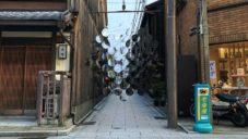 Vincent Leroy vystavil v japonské uličce instalaci z desítek čoček
