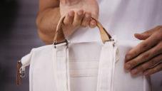 Švýcarské tašky Qwstion jsou vyrobené z textilie z banánových listů