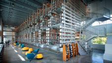 Univerzita Cornell přestavěla třípatrové učebny na otevřenou knihovnu
