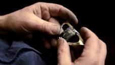 Zlatník a restaurátor Norbert Riegel tvoří ve své dílně secesní šperky
