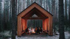 Malin Moisio postavil ve finských lesích přístřešek z recyklovaných materiálů
