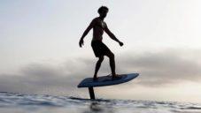 Fliteboard je elektricky poháněný surf vznášející se nad vodou