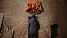 Ai Weiwei navrhl pro zákazníky Hornbachu umělecké dílo z oranžových vest
