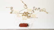 Ghost Box je dotyková zvuková socha fungující po vzoru starých rádií