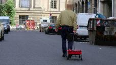 Německý umělec čistí ulice od aut vozíkem s desítkami mobilů