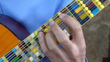 Turecký muzikant postavil kytaru s hmatníkem vyrobeným z kostek Lego