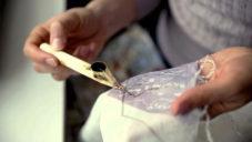 Textilní návrhářka Linda Kaplanová zdobí látky geometrickými vzory