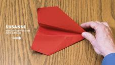Rekordman v pouštění papírových letadel ukazuje jak letadla skládat