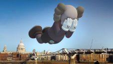 Američan KAWS umístil své sochy do rozšířené reality a každého mobilu