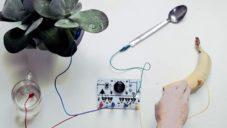 Elektronický nástroj Ototo hraje zvuky přes banán nebo vodu
