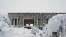 Skigard Hytte je rekreační chata s diagonální fasádou postavená celá ze dřeva