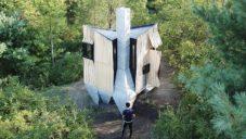 Malý lesní domek Ashen byl postaven z nalezeného odpadového dřeva