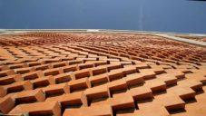 V Řecku postavili díky rozšířené realitě zvlněnou fasádu ze 13 596 cihel