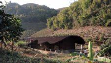 Vietnamská mateřská škola má fasádu i střechu z vrstev vlnitého plechu