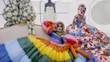 Richard Quinn navrhl pro Moncler provokativní módní kolekci ve stylu 60. let