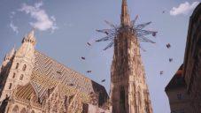 Filmař udělal na střeše vídeňského kostela kolotoč a ze soch balónky