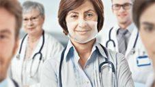 Švýcaři vyvinuli první plně průhlednou roušku pro zdravotníky