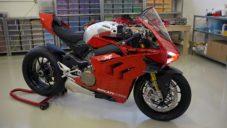 Lego postavilo z 15 000 kostek funkční motorku Ducati Panigale V4 R