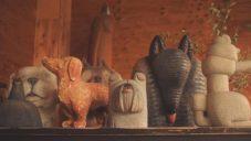 Misato Sano vytváří dřevěné sochy psů se zvláštními proporcemi