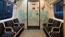 Banksy vyzdobil londýnské metro krysami na podporu nošení roušek