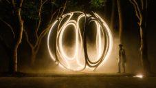 Londýnský designér vytvořil čtyřmetrovou svítící kouli z ohýbaného dřeva