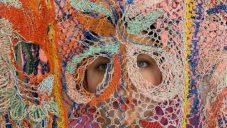 Alexandra Sipa tvoří z vyřazených elektrických drátů extravagantní módní kreace