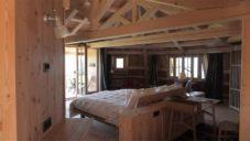 Amdl Circle postavili v Itálii hotel ze dřeva z popadaných stromů po bouři Vaia