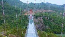 Čína otevřela nejdelší skleněný most na světě s délkou 526 metrů