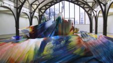 Katharina Grosse vystavuje na bývalém nádraží v Berlíně prostorovou barevnou malbu
