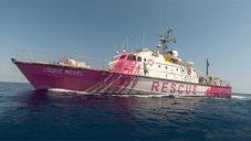 Banksy růžově pomaloval a na moře vypravil loď zachraňující uprchlíky