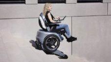 Scewo Bro je elektrický invalidní vozík schopný sjet schody i vyzdvihnout majitele