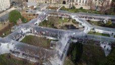 Dosis navrhli do francouzské zahrady nafukovací tunely pro módní přehlídku Kenzo