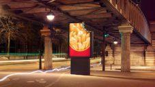McDonald's má v Paříží okousané venkovní reklamy na hranolky a hamburgery