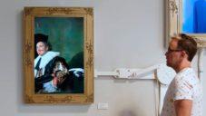 Američan dětem vytvořil instalaci šťouchající do portrétovaných na slavných obrazech