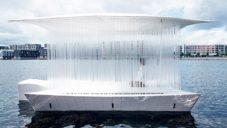 Po Kodani pluje pavilon Teahouse postavený z transparentních tyčí